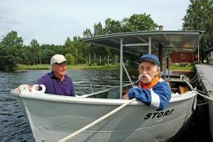 """INVIGNING. På lördags invigs och döps Marmabornas nya åkattraktion – en gammal timmerbåt från 1960-talet. """"Den ska döpas till Stora"""" berättar Jalle Holmström här tillsammans med båtföraren Åke Larsson."""