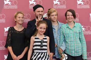Lukas Moodysson tillsammans med sin dotter Lily framför sig och från vänster Mira Barkhammar, Liv LeMoyne och Mira Grosin.