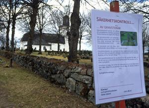 Skylten som möter kyrkogårdsbesökare i Hallstahammar och Kolbäck under tiden säkerhetskontrollerna av gravstenar pågår.