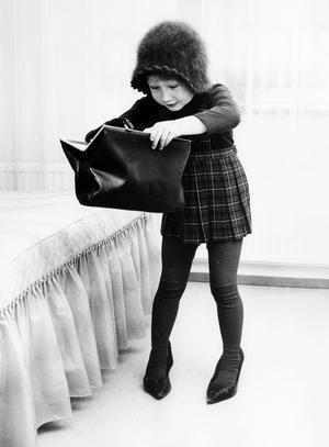 Carina Ståhl hette den här flickan som Gunhild Malmberg fångade i utklädartagen 1969-70. Damskor, angorahatt och fin väska lockade tydligen.