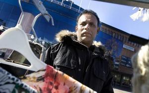 """UTFÖRSÄLJNING. """"Jag tycker att det är jobbigt att torghandeln ska flytta"""", säger Momir Hossain."""
