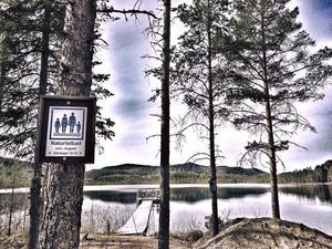 Maj: Mer från Öratjärndalen. Nakenbad, men bara mellan 10 och 12 på söndagar...