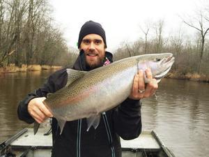 Ett fritidsintresse i USA är att fiska. Här syns Zetterberg med en jätteregnbåge som han har lyckats kroka.