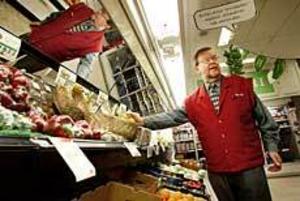 Foto: LASSE WIGERT Stängningsdags. Lars-Erik Ohrlander klappar igen Hilles enda livsmedelsbutik om några veckor. Konkurrensen från lågprisbutikerna blev för svår.