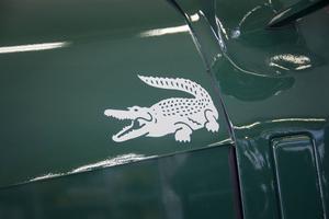 På sidan sitter märket Lacostes krokodil som representerar namnet.