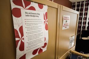 Inne på blodcentralen i Fagersta sitter information om vad givarna bör tänka på innan de går till mottagningen för att ge blod.