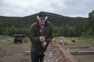 Det är många moment som ska utföras. Först ska trädet barkas.
