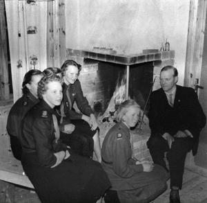Här är ett gäng flickscouter i Gärdsjö 1953 med kårkaplan Glenn Åkerlund. Scouterna heter Britt Bäcklund, Ingalill Södergård, Inger Pers, Berit Knutsson och Klara Knapp.