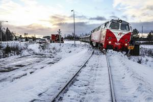 Den senaste urspårningen i Hissmofors berodde på att sågverkspersonalen inte hunnit rensa banan från is och snö. Nu ska bättre framförhållning från tågoperatörerna göra det enklare för dem att hina med.
