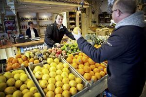 Investering. Ronny Nilsson och Elisabeth Rozsahegyi i den nya butiken, som kunden Lars Lindgren passar på att besöka på öppningsdagen. Foto: Magnus Grimstedt