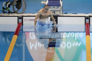 Karl Forsman gör sig redo för start från vattnet i söndagens final i 100m bröstsim under Paralympics i Rio de Janeiro.