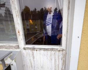 Rolf Blomgren som bor på Hantverksvägen tycker att Hyresfastigheter i Fagersta AB borde skärpa sig och höja standarden på lägenheterna. Den här balkongen vill han inte vistas på.