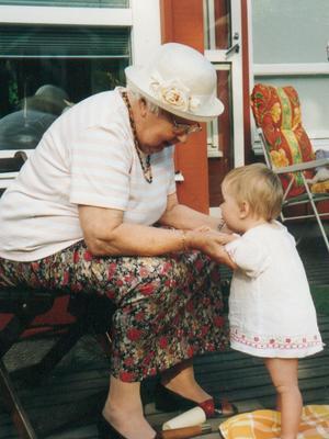 Ett varmt och kärleksfullt möte mellan Sara och gammelmoster Karin.