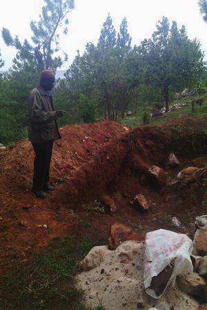 Byggmästare Haruna (bilden) har byggt på Tweyambeskolan i alla år, och ska vara med och bygga upp skolan efter jordbävningen.