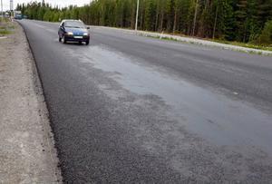 Det är stora delar av E 14 mellan Östersund och Krokom som fått blödande asfalt efter omläggningen.