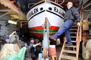 Christer Eriksson och Lennart Andersson jobbar för att båten ska hålla mot vatten och vind ännu ett par år.