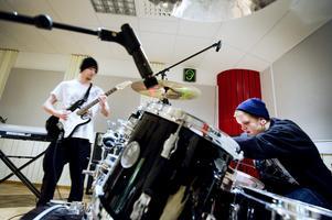 Simon Hadders från Örebro och Tobias Mattsson från Mullhyttan finjusterar instrumenten inför en musikinspelning.