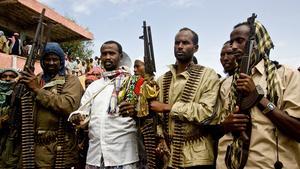 Milismännen som vaktade tribunen vid demonstrationen i Mogadishu stod så väl placerade att de borde ha sett vem som sköt Martin Adler. Journalisten Flemming Weiss Andersen tog bilden strax innan skottet. Bilden har skickats till polisen, men ingen av männen är identifierad.