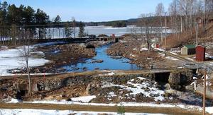 Dammarna. Den övre och nedre dammen i Gräsån fotograferade från en hög slaggstensås, som bedömts som bevarandevärd. I förgrunden till vänster ses resterna efter såghuset och bortom den övre damman skymtar de uppgrävda massorna från den flytande ön.
