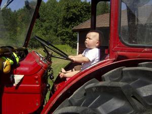Så här ser originalbilden ut, tagen hemma hos Leopolds morfar som äger en traktor av märket Buster 400. På Dans arm har bilden spegelvänts och beskurits för att passa bättre.BILD: Dan Karlsson-Thofelt