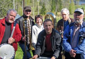 Wolverine Jazz Band består av, från vänster, Per Ekeroot, banjo, Waldemar Swiergiel, trombon, Margareta Kallin, tuba, Jörgen Andersson, trummor, Anders Orrje, kornett och Lars-Erik Eriksson, klarinett och saxofoner.