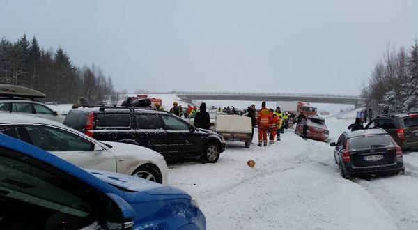 Ett trettiotal fordon var inblandade i olyckan i Vattholma.