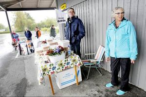 Conny Duvdahl och Rut Marklund tog skydd under taket från Klanghallen men regnet höll besökarna borta från deras stånd.