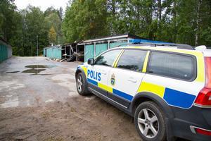 Polis var på plats vid garaget under söndagsmorgonen för att vakta avspärrningen.