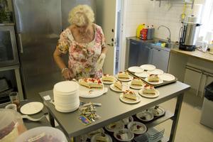 Barbro Larsson är tårtansvarig och skär upp bitar från 33 stycken tårtor.