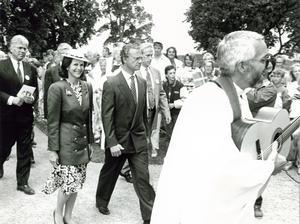 Kungen och drottningen besökte bland annat Sorunda kyrka under sitt besök i kommunen den 24 augusti 1990. Här eskorteras de in i kyrkan av en gitarrspelande Knut Fischer, dåvarande präst i församlingen.