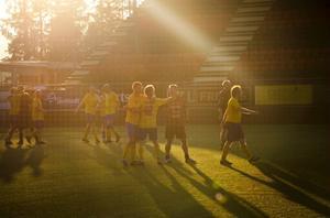 Författarlandslaget vann matchen mot ÖFK och kramas i kvällsskymningen på Jämtkraft Arena.
