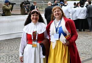 Karin Perers, kyrkomötets ordförande, och Carina Etander Rimborg, kommunikatör inom  Svenska kyrkan, på väg in i domkyrkan i Lund.