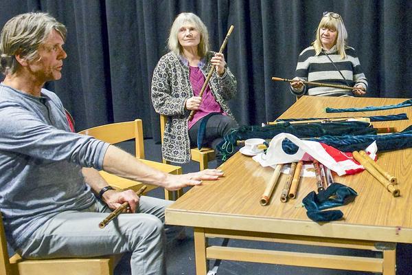 2   Steinar Ofsdal, professor i folkmusik vid musikakademin i Oslo, spelade traditionella svenska visor på sälgflöjt, eller vårflöjt, tillsammans med besökarna på folkmusikfestivalen.