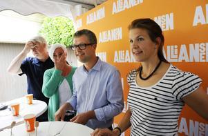 Folkpartiets partisekreterare Nina Larsson, till höger, tycker att Sveriges 290 kommuner borde vara färre