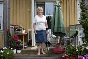 Anita Johansson, 83, bedöms vara för frisk för färdtjänst eftersom hon kan åka hiss och gå till närmsta busshållplats. Men varje gång hon ska åka buss får hon syrebrist och är rädd för att svimma.
