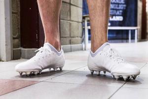 Tommy Naurin bär alltid vita fotbollsskor. Här är de skruvdobbsförsedda dojjorna han ska bära på naturgräset på Friends Arena.