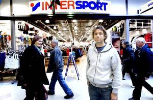 KRÄSNA TJUVAR. Niklas Bergström, en av delägarna till Intersportbutikerna i Gästrikland, konstaterar att tjuvarna visste precis vad de ville ha: dyra märkesjackor i dun.