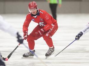 Superstjärnan Sergej Lomanov har bytt Jenisej mot Vänersborg. Övergången, som skedde i maj, är troligtvis den största någonsin i svensk bandy.