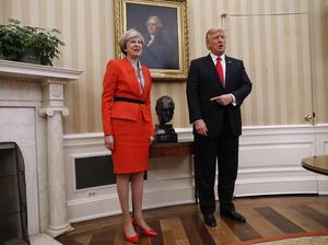 USA:s president Donald Trump skojar om en byst av Winston Churchill som står mellan honom och Storbritanniens premiärminister Theresa May.
