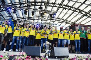 U21-landslaget firar med fans i Kungsträdgården efter att laget återvänt till Sverige efter att ha vunnit EM-finalen mot Portugal.