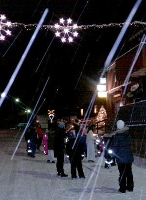 Snöfall bidrog effektfullt till stämningen under den gångna lördagens julmarknad.