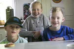 Ett gäng nybakade 7-åringar Harald Mas, Klara Westergren och Oscar Holmgren – som precis börjat förskoleklass i Grycksbo och tycker att det är lite fnissigt att få prata om svordomar.