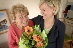 """Bästa grannen. Lizzy Strömberg, 82 år, vann Stadslivs utmärkelse """"godaste grannen"""". Den som nominerade Lizzy var Karin Gustavsson, som bor snett emot."""