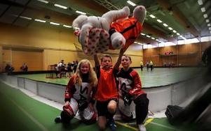 Linus Jämte håller upp Gangefs P10-lags maskot flankerad av målvakterna Alva Andersson och Hampus Aspman. De har just vunnit med 8–1 mot Säter. Foto: Staffan Björklund