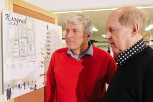 Jan-Åke Lindroth (fastighetschef hos Jämtlands läns landsting) och Christer Karlsson (arkitekt hos landstinget) kollar in arkitektstudenternas förslag på hur Östersunds sjukhus skulle kunna se ut i framtiden.