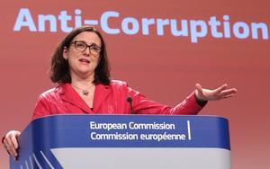 EU-kommissionär Cecilia Malmström vill se krafttag mot korruptionen.