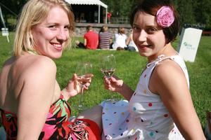 Vanja Alexanderson och Josefin Törngren njöt av ett glas vin och vacker musik i en solig Öjepark.
