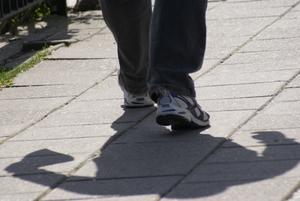 I förra veckan var jag ner på stan och fotade folk i rörelse och lyckades fånga denna man på bild.  Då jag bara inriktade mig på folks ben och fötter och inte såg så mycket mer, så kan man ju inte låta bli att undra vad han har i påsen?!