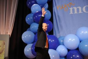 Valnatten 2006. Sverige får en borgerlig regering. Fredrik Reinfeldt blir ny statsminister och tar emot folkets jubel. Sedan dess har regeringen infört ett flertal förändringar, ofta försämringar, av våra gemensamma trygghetsförsäkringar. Samtidigt har inkomstskatterna sänkts med 70 miljarder kronor.