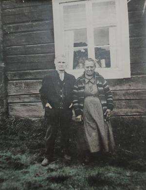 Jonas och Anna Andersson tillhörde de fattigaste bland fattiga. De fick tio barn tillammans. Av dessa dog två i spanska sjukan, och två drunknade när de drev renar över höstisen på Flåsjön. Familjen bosatte sig sedan under ett klippblock i skogen några kilometer från Lövberga.